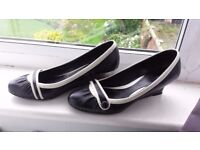 Ladies Sz 5 Black and White Shoes Wedges