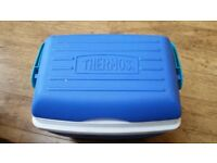 Thermos 28 litre cool box with carry handle and brand new crockery set