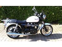 Triumph Bonneville 865cc 2010 motorcycle for sale. Only 3315 miles from new
