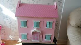 Stunning dolls house w. 6 wood room sets and cute dolls. Cherry Blossom from Great Little Trading