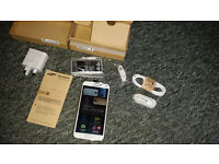 Samsung S5 16 GB in white ! NEW never used in Box ! All networks
