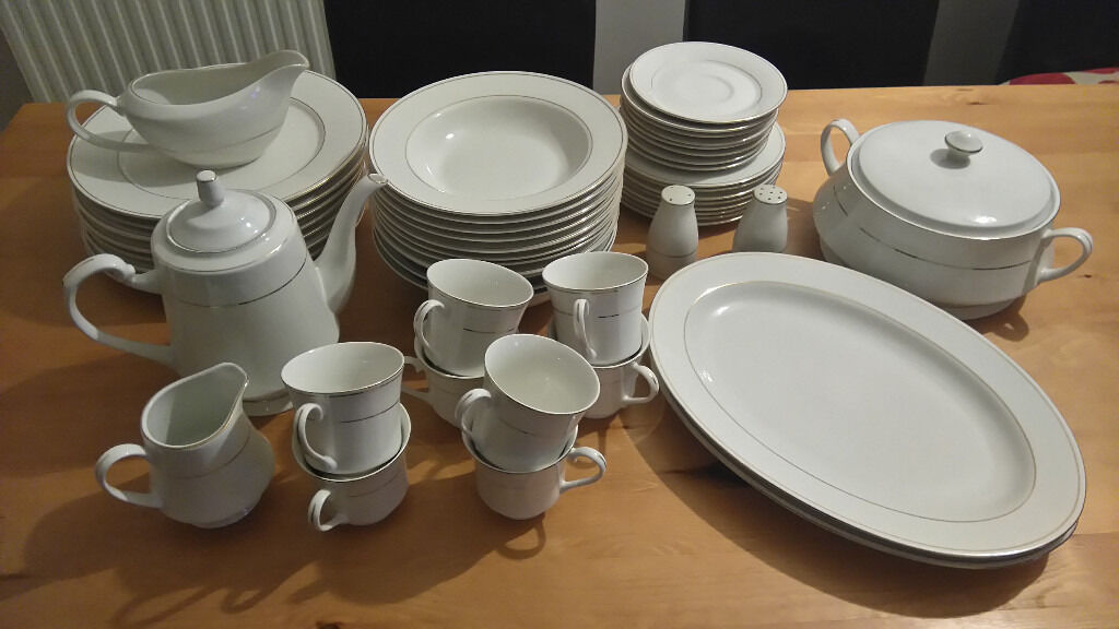 BEAUTIFUL WHITE 58 PIECE DINNER TEA SET