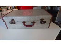 VINTAGE 1950S ALL ORIGINAL MID SIZED SUITCASE RED LEATHERETTE EDGED HANDLE WEDDING PROP STORAGE VGC