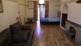Short Term LARGE and CLEAN TRIPLE Room WIFI FREE PARKING . Beckenham Hill, Lower Sydenham