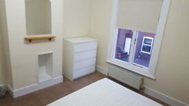 Double room in clean quiet house LUTON, buses to AIRPORT, L&D hosp, Dunstable,MK