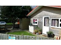 Oh I do like to be beside the seaside..! Pet and smoke free, 2 bedroom cabin with enclosed garden.
