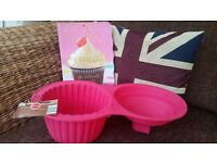 GIANT CUPCAKE MOULD AND CUPCAKE RECIPE BOOK - RRP £12.99!
