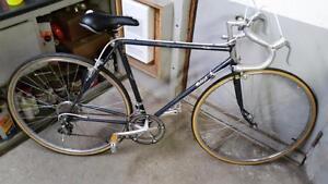 Vélo de course raleigh 12 vitesses roues 27po cadre 21po