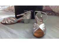 Ladies leather soled dancing shoes -new- never worn size 8