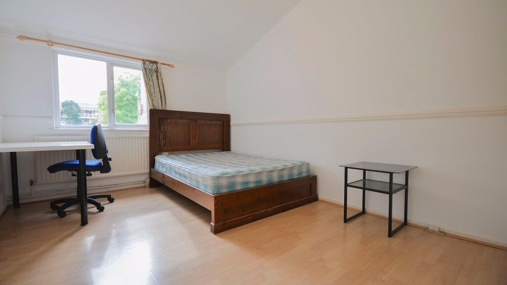 LARGE DOUBLE ROOM IN ENFIELD - ALL BILLS INC - PARKING AVAILABLE - FURNISHED, WALTHAM CROSS