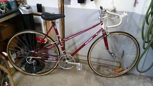 Vélo de course raleigh bourgogne 10 vitesses roues 27po cadre 21.5po