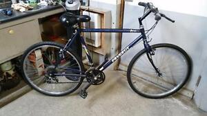 Vélo hybride Peugeot bleu marin 18 vitesses roues 26po cadre 20.5po