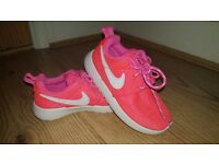 Nike roshe run girls trainers pink size infant 8.5 uk. worn good condition