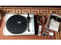 Pro-Ject Debut Carbon DC Gloss White Turntable w/ Ortofon Cartridge new unused condition