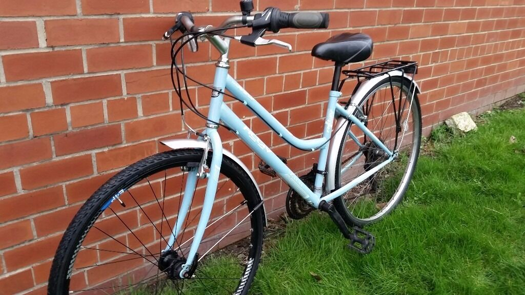 """Commuting Style City Bike in Excellent Conditionin Headingley, West YorkshireGumtree - Hybrid Commuting Bike in excellent overall condition and equipped with the following 18 speed Gripshift gears, Rear carrier, Comfort Saddle, Full Mudguards, 7005 Alloy Frame 17"""" Adjustable Handlebar Stem, Large 700cc low rolling resistance Tyres...."""
