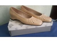 New Comfy Lotus Women's Slip on Shoes in Beige Size 6, Small Heel, Comfy insoles