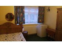 Double room in very clean and quite house for one professional person £500 pcm