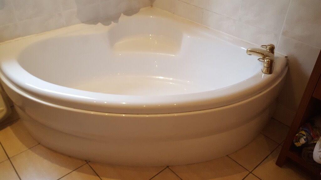 WHITE BATHROOM SUITE (CORNER BATH) GOLD TAPS £25.00 Part 71