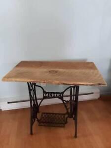 table bois de grange sur base de moulin antique..BROCANTE FLEUR