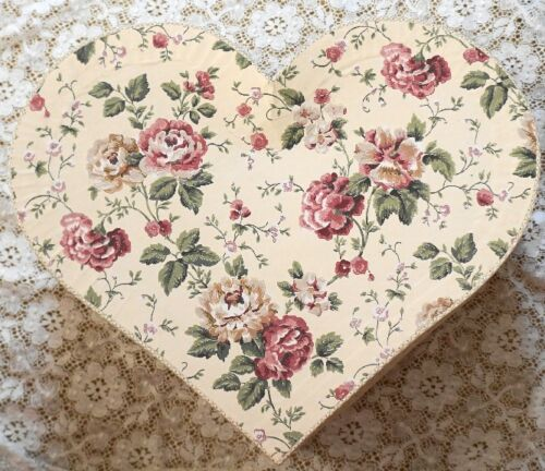 ~ VINTAGE LARGE CABBAGE ROSE VICTORIAN HEART CHIC HAT BOX  FOR VALENTINES DAY ~
