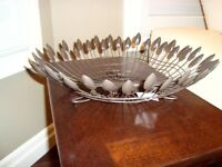 Solid Metal Wire Leaf Fruit Bowl / Decor Table Piece - BRAND NEW