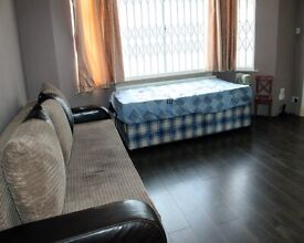 Large room with attached bath to rent in New Southgate area £900 inc of all bills