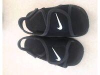 Infant nike black sandals