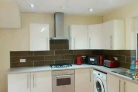 Large 3 Bedroom House With Dining Area, Driveway, Side Entrance, Large Garden LU1 Area M1