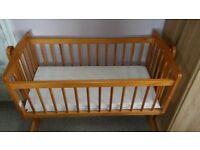 Swinging crib with 2 mattresses