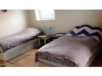 Twin room with balcony in a flat share (King George V)