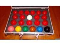 SET OF FULL SIZE SNOOKER BALLS & FLIGHT CASE