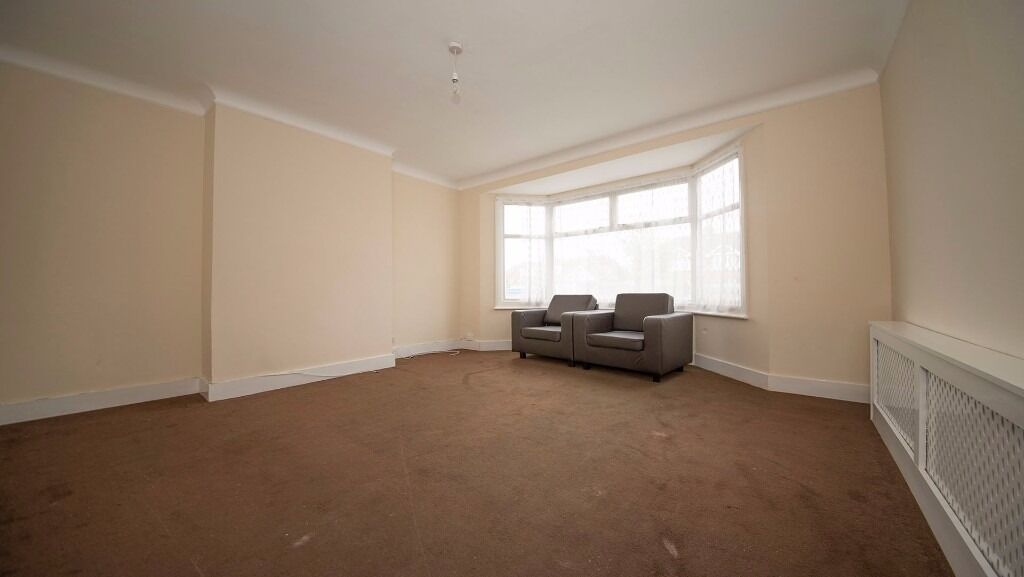 SPACIOUS DOUBLE BEDROOM - AVAILABLE NOW!! - ALL BILLS INC - PARKING - BRIMSDOWN, ENFIELD, EN3!!