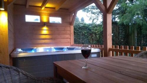 unieke wellness bungalow met finse sauna en 5 pers jacuzzi vakantiehuizen nederland. Black Bedroom Furniture Sets. Home Design Ideas