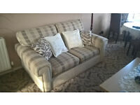 Sofa (2-seater!) in Great condition with 4 cushions!