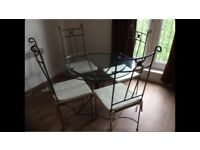 Cast iron table with 4 chairs. 1 meter diameter. Excellent condition. Very elegant.