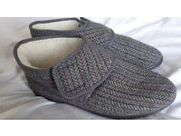 Men's fleece-lined slippers / bootees. Side 9 (43). Wide fitting. Brand new. Velcro tab fastening.