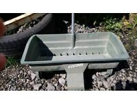 Manual seeds spreader with handle on wheels W 40 cm
