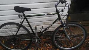 Vélo hybride raleigh 28 pouces suspension avant