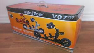 NEW IN BOX Skike V07-120  Adjustable Size (Men or Women)  Rollerblade Skates