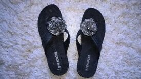 NEW Ladies size 7 Black toe post flat shoes