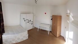 Huge Double Room in East Acton on central line
