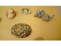 Assorted vintage broaches