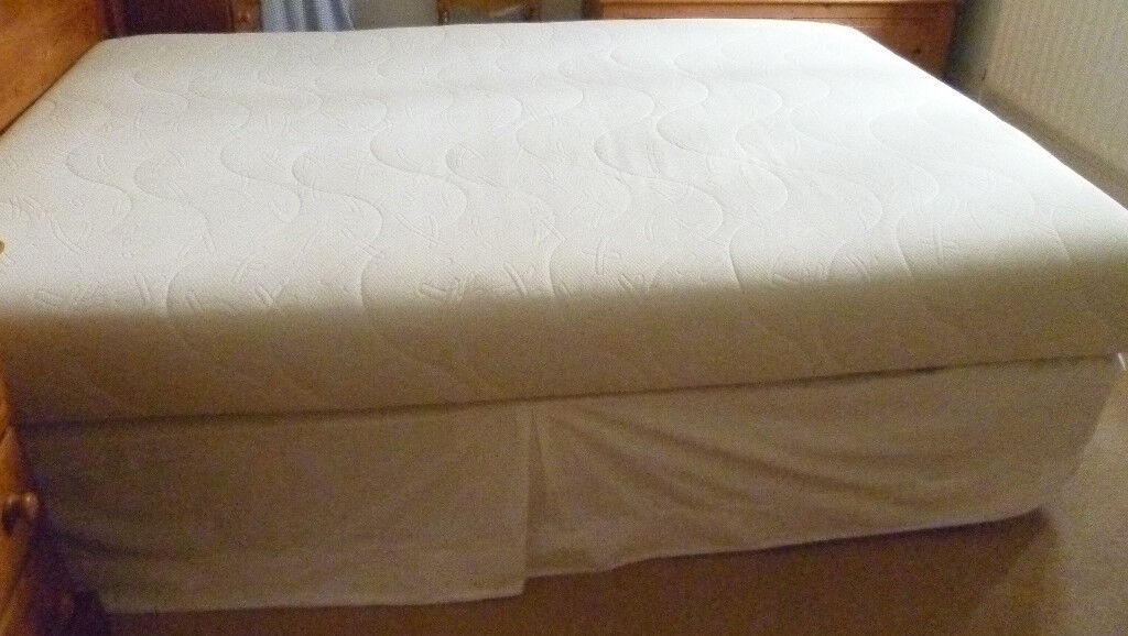 Double divan bed with sprung base