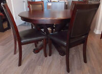 Wooden table & chairs. Table de salle a manger & chaises