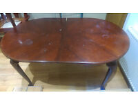 Extendable wooden dining table with 6 cushioned chairs