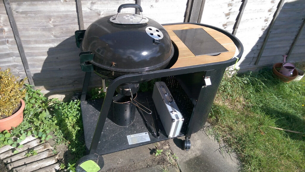 blooma kinley charcoal kettle bbq with a set of bbq tools in metal box in dartford kent gumtree. Black Bedroom Furniture Sets. Home Design Ideas