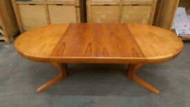 Beautiful extendable dining table in excellent condition.
