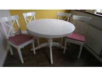 White, wooden, extendable dining table with 6 matching chairs