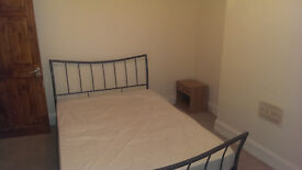 LARGE DOUBLE BEDSIT ROOM AVAILABLE TO RENT IN PROFESSIONAL QUIET HOUSE, BILLS & FAST WIFI INCLUDED