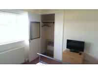 DOUBLE BED ROOM AVAILABLE TO RENT, QUIET HOUSE, WORKING PROFESSIONALS, BILLS & FAST WIFI INCLUDED